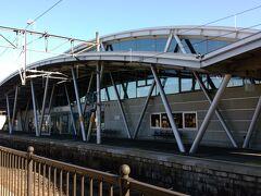 反対ホーム側(上り)屋根が個性的な形です。