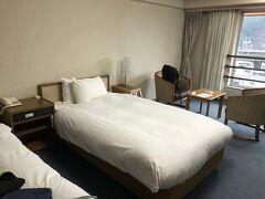 在来線で30分かけて越後湯沢に戻り、本日の宿「越後湯沢 ニューオータニ」へ  本当にニューオータニ?と言う見た目だけど、本当にニューオータニなのです。まぁ、ホテルじゃなくて旅館だけどね!  近年、NASPAができたので、よりニューオータニを感じたい人はそっちに行っているのかな。