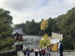 鎌倉街道をさらに10分歩いて、鶴岡八幡宮。 本殿前からの眺め。