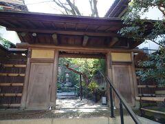 新幹線で、正午頃京都着。  初日の昼食は、ホテルオークラの和食どころ「粟田山荘」。 やっぱり京都に来たからには、美味しい和食を頂きたいので。  ホテルに荷物を預け、タクシーで向かいます。タクシーにしたのは、場所が分かりづらくてしかも上り坂だから。正解でした。    (粟田山荘京都市東山区粟田口三条坊町2-15)