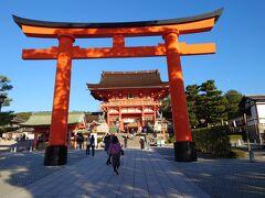気を取り直して、次はお稲荷さん「伏見稲荷大社」。JRで東福寺駅から一駅。 こてこての観光コースですが、まぁ京都観光ってこんなもんよね、などと言いながら大鳥居をくぐります。  観光客はパラパラです。 プラプラと歩きます。