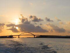サザンゲートブリッジを後ろに臨みながらの出向 日の出、日の入りは、サザンゲートブリッジで臨むことができます。