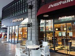 2日目の朝です。 まずはホテルの隣のヨドバシ京都の1階に入るパン屋のデリフランスでパンを購入。