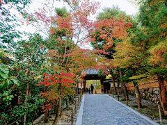 入口付近 ここも紅葉してますね。