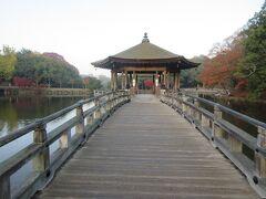 奈良公園内に水をたたえる鷺池に浮かぶ六角形の浮見堂です。池を眺めることができる休憩所にもなっています。池のほとりで若草山から昇る太陽をバックに写真を撮る人たちが見られました。浮見堂と日の出、浮見堂と紅葉など、写真撮影のスポットにもなっているお堂です。