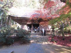 金堂の奥の石段を上がると灌頂堂があります。正統な継承者であることを証明する灌頂の儀式を行う、室生寺の中心的な国宝に指定されたお堂です。林の中にひっそり建っている木造の建物で、色々な寺院で見られる朱色に塗られたきらびやかさはありませんが、700年以上前に建てられた重みというか落ち着きが感じられました。堂内には蓮の花にのった、平安時代に造られた一本造りの観音像が静かな中に安置されていました。心が洗われる気がするお堂と観音像です。