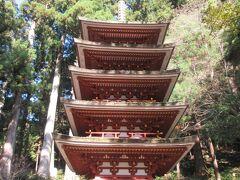 さらに石段を上がると五重塔が建っています。台風の影響で大変な損傷を受けたため、どのように復元されたか気になっていました。室生寺を訪れる前に、法隆寺や興福寺の五重塔を見学していたためこじんまりした印象は受けましたが、檜皮葺きの屋根に苔が生え、落ち着いた雰囲気を醸し出していて、平安時代初期に建てられた歴史が感じられました。