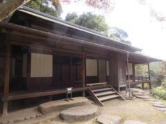 臨春閣から少し上がったところに建つ月華殿です。江戸時代初めに建てられた建造物で、伏見城で大名が来られた際の控え所として使われていたとのことです。重要文化財に指定されている建物で、外からよく見ると欄間に彫られた菊の透かし彫りが見えました。欄干のくり抜きも幾何学的な形をしていたのが印象的でした。