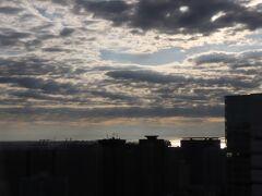 A棟とB棟の間から東京湾。 朝食はコンビニのおにぎりとヨーグルトで簡単に。