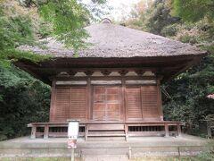 三渓園の最も奥にある天授院です。重要文化財に指定された建物です。江戸時代初期に、鎌倉の建長寺近くに建っていた心平寺跡にあった地蔵堂です。緑の木々に囲まれた、茅葺屋根の落ち着きある建物です。扉が閉まっていて中を見学することができず残念でした。