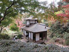 特別公開中の聴秋閣です。江戸時代、二条城に建てられた建造物で、2階にあたる楼閣からは、紅葉狩りが楽しめたようです。外からは書院のつくりやふすまの柄などを見ることができましたが、詳しいことはわからず、係の方が常駐して説明してくれるとわかりやすかったと思います。紅葉もきれいではなく、残念な聴秋閣でした。