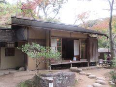 特別公開中の春草盧です。江戸時代に、織田信長の弟によって造られた茶室です。こじんまりした茶室には9つの窓が配置され、簡単な説明が書かれた看板やパンフレットが用意されていましたが分かりづらく、係の方がわかりやすく説明してくれると良かったかなと感じました。