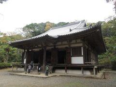 大池の前に並ぶ茶屋を通り過ぎ、旧燈明寺本堂へ行きました。室町時代の建造物で、京都にあった燈明寺から三重塔とともに移築されました。重要文化財に指定されている建物ですが、本堂内に入ることができ、本尊の十一面観音菩薩立像を参拝することができました。訪れた時は、鮮やかな色で描かれた2枚の大きな絵画と、波の音を表現した音楽が流れる絵画展が開かれていました。落ち着きが感じられる建物です。