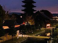 東寺 https://toji.or.jp/  まず目指したのは朝焼けの五重塔が見たくて東寺へ。 東寺の五重塔は木造建築では日本一の高さを誇るらしい。 バス停からの歩道橋からは思い描いた通りの風景に出会えてラッキー♪バスは便利だけどバス停がいっぱいあってどこに停まるのかわからないのがえらいこっちゃ。  ホントはもっと真っ赤な朝焼けを狙っていたけど今日は少し雲が多いようですね。 同じスポットから三脚持参のカメラおじ様が数人いらして、私はスマホ撮りしてたら「もうちょっと待ってたらもっとすごい風景になるよ。」とか言われたけど、どう考えても雲が多いので諦めてさっさと退散(笑) 東寺のライトアップも来ようと思ったんだけどガッツがなかった。