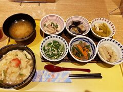 京菜味のむら 烏丸本店 https://www.nomurafoods.jp/shops/karasuma/  7:00開店前に到着したけど既に4組が待っていた。ひぇ~マジか? 朝食はおばんざい4品か6品とご飯とお味噌汁というのがメジャーらしい。おばんざいはケースの中から温かい物と冷たい物とあってチョイス出来る。  ご飯は基本は白ご飯か雑穀米みたいだけど、150円追加だったかな?湯葉丼にも出来るので私は湯葉丼にしてみました。 おばんざいは京都らしく薄味で美味しいのだが、ちょっと少し物足りないなぁ?ふむ.....ご馳走様でした。  私が出る頃にはさらに長蛇の列になっていたので、行かれるなら開店前に行かれた方がいいです。  湯葉丼とお味噌汁 温かいおばんざいから(上段) ・鶏肉と九条ネギ ・茄子とジャコ ・蕗 冷たいおばんざいから(下段) ・おくら ・インゲンとこんにゃく ・ごぼう 詳しいネーミングは忘れたので素材だけ(笑)見ればわかるって?すみません(__)