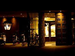 11月28日(Sat) Hotel Anteroom https://www.uds-hotels.com/anteroom/kyoto/  おはようございます。 只今早朝5時を回ったところ。 昨夜22:15新宿発の夜行バスで京都にやって来た。バスは満席でびっくりだったけど、バスの乗降のたびに消毒させられるわフェイスガードはくれるわでコロナ対策はされていた。 床暖が入ってて暖かいの通り越して私には暑かった(*_*)  約7時間という長距離だけど途中、港北・掛川・土山と3回ほどトイレ休憩をはさみ、寝てたらあっという間だった。 コロナで海外へ行けない今、もう長距離フライトとか無理かも~なんて思いだしてきて、これは体を慣れさせるためにも訓練訓練(笑) 早朝到着なので時間を有効に使えるし、何より格安なのが嬉しい♪新幹線だったら2時間で到着だけど13000円ぐらいするんだもんねぇ~ バスなら、曜日とか車体や会社により違いはあるけど、今回行きは3900円という価格@@;帰りは新幹線にしようと思ったんだが遅くまで遊びたかったので結局夜行バス(笑)しかも値段は2900円だって~何それ?!安ぅだよ。 あっという間に着いちゃうし安いし味をしめたのでまたすぐ京都来るな( *´艸`)  で、4泊するけど今回もまたホテルは全部バラバラ(笑)でも我ながら動線のいいチョイスだったと思う。 初日はバスの到着する京都駅八条口から徒歩15分のホテルアンテルーム。本来なら地下鉄九条駅が近いけど、バス降りてからそのまま歩いて来ちゃった~