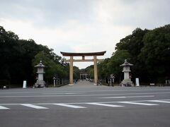 橿原神宮 初代天皇である神武天皇と皇后の媛蹈鞴五十鈴媛命を祀ります。