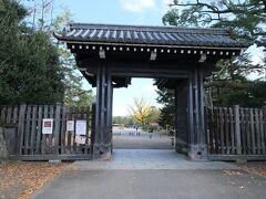 乾御門から敷地内へと入ります。 ちなみにこの乾御門、禁門の変の際には薩摩藩が警備に当たっていたそうでごわす。