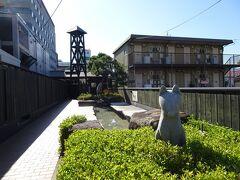 湯田温泉の日帰り入浴施設としては、最大規模は今回のおんせんの森。 高級路線は宿泊第2弾の山水園にある翠山の湯。 銭湯形式としてはやっぱりおんせんの森と系列だった亀の湯がありましたが、こちらは2020年秋に閉鎖。おそらくかめ福の建て替え計画の一環らしく、建て壊されました。 ホテルでも日帰り入浴をされているところは第3弾のセントコア含め何カ所かありますが、今回は点在している足湯のご紹介。  といっても、こちらは足湯のようで、実は温泉の川なので入らないでね(昔は自己責任で足湯されてても黙認されてましたが、安全と衛生面からか禁止になってました)という、温泉舎(ゆのや)。これまたおんせんの森と系列な梅乃屋さんのお向かいくらいにあります。夜はライトアップしています。