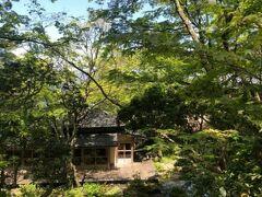 小涌谷岡田美術館の庭園と、日本家屋を改装したレストラン「開化亭」。