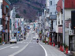 駅からは、のんびり歩いて宿へと向かう。 今回の宿は、温泉街の外れにあるのだ。 何度も訪れている越後湯沢だが、相も変わらない街並みだった。