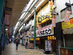 ぐるっと回って反対側に出て来ました「京橋東商店街」です、  午前中は陽射しが入るので明るい雰囲気がしますが、飲み屋ばかりなので営業は夕方からです。