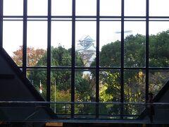 プロムナードから直結しているOBP内の「TWIN21」に来ました、  2階のアトリウムから大阪城が観えますね!…、では手っ取り早くお昼をいただいていきましょう!。