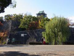 二の丸から内堀越し本丸の高石垣を眺めたところ~、  この石垣は日本の城郭ではもっとも高い石垣として、根石から32mだそうです。 再築工事の際に普請総奉行・藤堂高虎に命じたそうです。
