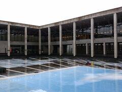 越後妻有里山現代美術館 キナーレ 正方形の回廊を歩きながら鑑賞する美術館です。