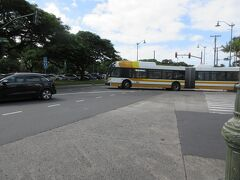 クヒオ通りからちょうどザ・バスがやってきた。2両編成の日本では見られないバスだ。