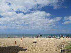 ワイキキビーチの碧い海と空。この辺りは海までのビーチの幅が広い。