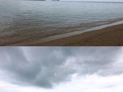 小浜島西端の細崎(くばさき)の海。上は砂浜で、下は漁港。ゲリラ豪雨がやや収まったあと。