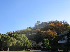 標高65mの亀山の山頂に天守閣が残っています。