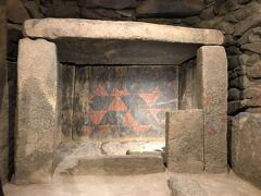 熊本県立装飾古墳館。さまざまな出土品や資料が展示されていますが、古墳の内部をレプリカとは思えない精巧さと質感で忠実に再現、展示している装飾古墳室は必見です。  大坊古墳の赤や黒の彩色