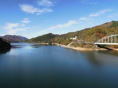 青々とした空・湖、色付いた山、アクセントになる白の橋 良い景色だった