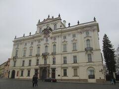 白っぽい壁の王宮らしい建物が周囲をぐるりと