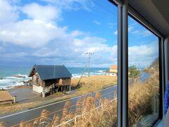 村上駅を過ぎたころから海岸線に出ました。  景観が素晴らしすぎる。  「海を見ながら移動できるなんて、幸せだよね。。。」 (劇中、下弦の壱:魘夢のセリフ真似)  そしてしばらくすると再び内陸へ。列車は一面の田んぼ風景の中を走り抜けます。  すると、