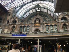 私にとっては3度目のベルギー。 パリへ行くか、ベルギーの中できちんと訪ねたことがない場所へ行くか悩んだ末、 アントワープでのんびり過ごすことに決定。 翌朝、電車で40分ほどで素晴らしく美しい駅に到着!