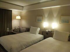 ホテル日航福岡 スーペリア ツイン  ホテルオークラのOne Harmonyの会員なんですが今回はアップグレードありませんでした。  でも十分広くてよかったです。