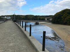 海水浴場にこんな人工的な橋が設置されているのが、 よく解りませんが、自然災害に対しての備えなのかも?