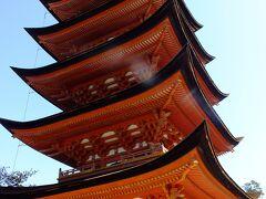 五重塔に到着です。 所でここは、豊国神社の敷地です。 何で塔が有るのか不思議です。 大きなお寺には守り神としての神社が祭られている場合が少なく無いですが、ここは神社です。なんで仏様がいらっしゃる塔が有るのでしょうか。  それにしても立派な塔ですね。