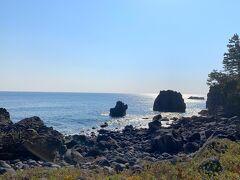 「城ヶ崎海岸」は」約4000年前に大室山が噴火した時に流れ出した溶岩によってできたので黒い洋岩石に囲まれているのが特徴的の絶景スポットです!