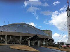 石川県羽咋市鶴多町免田25 宇宙科学博物館コスモアイル羽咋に、1時間30分かけて到着しました。展示されている「レッドストーン・ロケット」は、アメリカ航空宇宙局(NASA)から入手した本物の機体です。胴体部分にはマグネシウム合金が使われており、屋外に長期間に設置してあるにも関わらず、ほとんど錆びがないそうです。