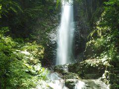 払沢の滝が見えてきました。 結構迫力のある滝でした。