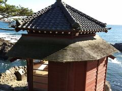 六角堂 天心が1905年(明治38年)に自らの居宅から1段下った断崖に建設したもので、太平洋に突き出した岩上に建つ朱塗りの建物である。天心邸敷地内で最も眺望の優れた地に建つ。