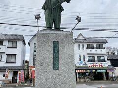 彦根駅からJRで安土駅に移動  新快速などは停まらないので要注意  駅前には当然  織田信長公像が鎮座しています
