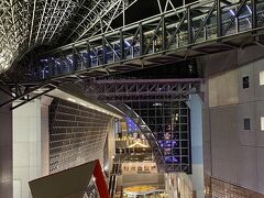 夕食のため京都駅へ  大階段に例年ならあるX'masツリーがない !!  これもコロナ禍の影響でしょうが  寂しいな