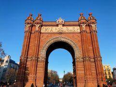 立派な門がありました。 バルセロナの凱旋門と言われているそうです。  1888年のバルセロナ万博のときに建てられて、入場門として使われたんだとか。 パリの白い凱旋門もかっこいいですが、赤レンガ造りのこちらもシックで素敵。  万博会場であったシウタデリャ公園までは遊歩道が続いています。 お散歩スポットとしてぴったり。
