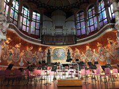 お次は、一番の見どころであるコンサートホール! 今でも実際にコンサートが行われています。 タイミングが合えば聞きたかった…!  演奏者席の後部には、音楽の女神たちの彫刻が並んでいます。 バイオリン、ハープ、打楽器…さまざまな楽器を持っています。 曲線に沿うように備え付けられた、上部のパイプオルガンの迫力もすごい。