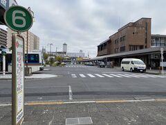 右の建物が近江八幡駅  駅を出て左に進むと6番のバス停へ